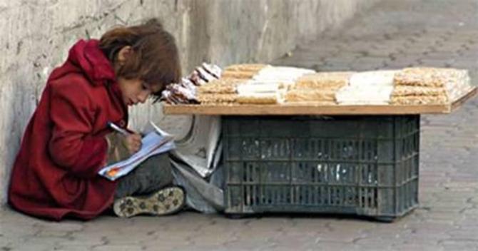 κοριτσάκι διαβάζει τα μαθήματά του στην Δαμασκό